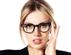 Изберете цвета на очилата според цвета на косата и очите си