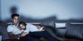 6 неща, характерни за двойките, които си остават вкъщи през уикенда