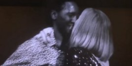 Адел целуна свой фен на концерт