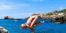 Жена пилот и любителкa на йогата подлуди интернет