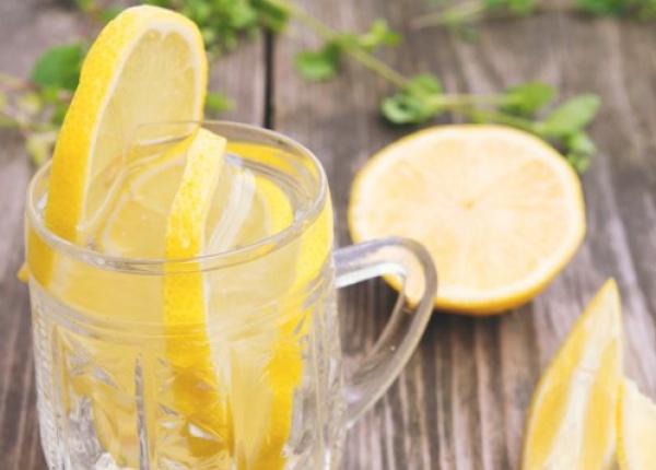 Полезните ефекти на водата с лимон