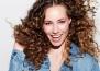 Как да се грижите за къдравата коса през летните месеци?