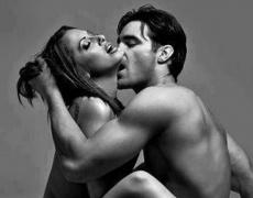 С какво мъжът отблъсква жената в леглото?