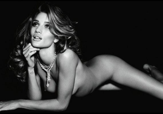 Роузи Хънтингтън-Уайтли в гореща фотосесия за Vogue