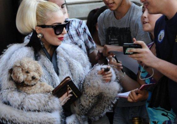 Гага се разходи из София облечена в зимно палто