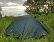 Жена в палатка