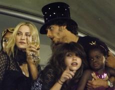 Мадона пее с дъщеря си