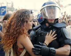 Най-разтърсващите снимки от протестите по цял свят