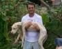 Историята на едно изоставено куче и неговият спасител, която покърти милиони!