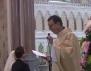 Един свещеник впечатли цял свят с песента си