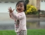 Уникално! Реакцията на малко момиченце, което вижда дъжд за пръв път (видео)