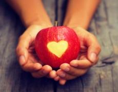 Гадаене с ябълки показва ще ни провърви ли в любовта