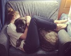 Трогателната история на едно момиче и умиращото ѝ куче