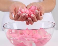 6 идеи как да ползваме розова вода в грижата за красотата