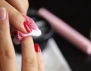 Как да изтрием яркия лак, без да оцветим пръстите
