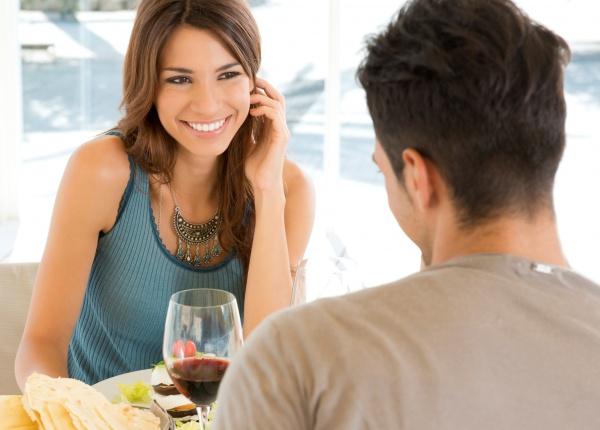 3 неща, които трябва да запомните, ако се чудите колко да разкриете на първа среща