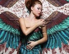 Уникални рисунки върху шалове дават криле
