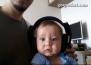Бебе слуша рок музика за пръв път