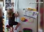 Малка госпожица се катери по хладилник и нищо не може да я спре