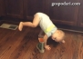Бебе тренира цирков номер с ботуш