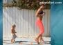 Мама и бебе показват как се извайва фигура