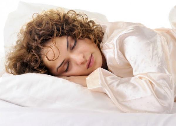 Вредите от спането с мокра коса