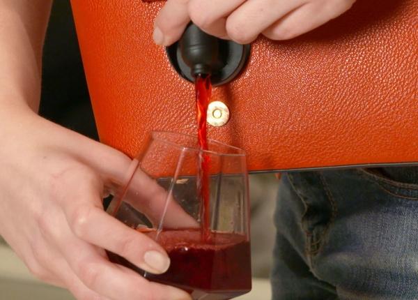 Тази чанта за вино ви позволява да пълните чашата си навсякъде