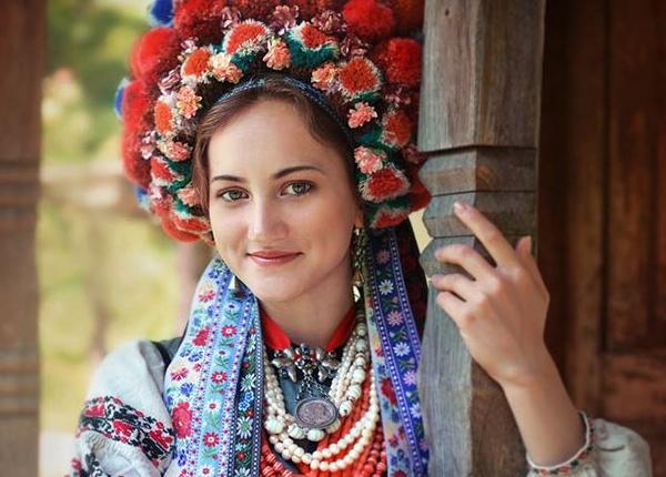 Жени и деца с традиционни украински корони