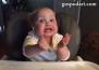 Бебе се забавлява, докато похапва лютичко