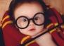 Прекрасна фотосесия на бебе облечено като Хари Потър