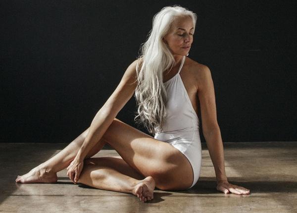 61-годишен модел направо блести в рекламна  кампания на бански костюми