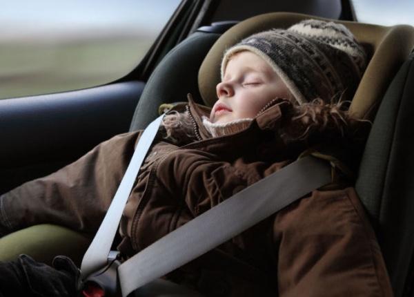 Ето защо винаги трябва да махате палтото на детето в кола