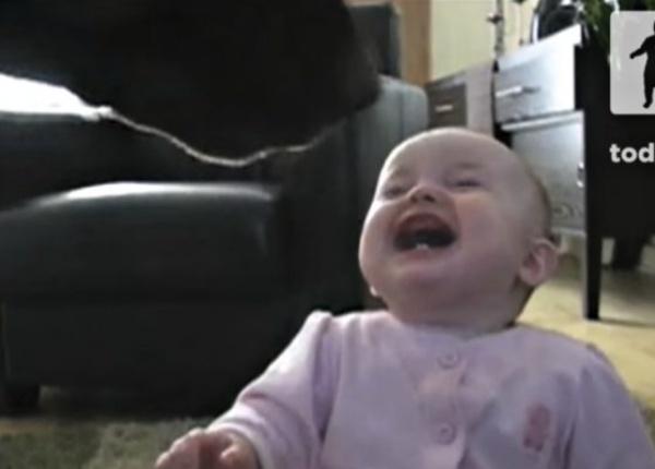 Невероятно заразителен бебешки смях! Каква е причината?