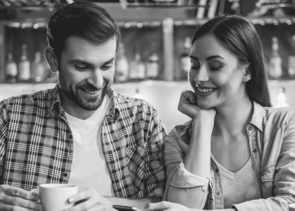 5 Поведения, които показват, че флиртуват с теб, според науката