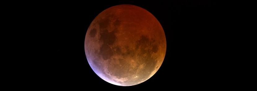 Пикът на затъмнението на днешната кървава Луна наближава