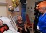 """Кралицата осъжда """"злобната"""" атака в Манчестър, като посещава млади жертви в болницата"""