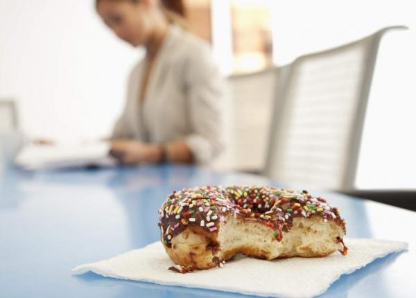 3 причини, поради които уморените хора са склонни да ядат повече