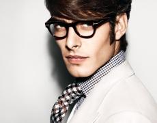 Очила, бяла риза и небрежно поведение – това се казва мъж!