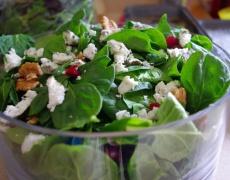 Рецепта за салата със спанак, козе сирене и орехи