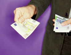 Финансово зависимите мъже са по-склонни към изневяра