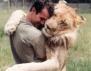 Уникално! Човек се гушка с лъвове (снимки)