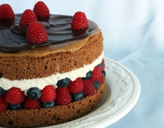 Лесна шоколадова торта с горски плодове