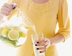 Пийте вода с лимон сутрин! Страшно полезна е