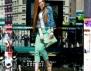 Как да носите цветни дънки? (видео)